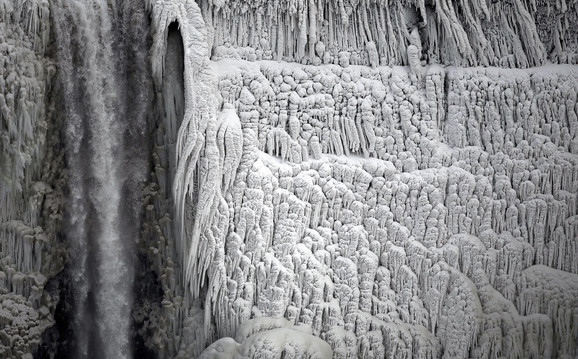 Manji slapovi su se zamrzli, dok je ostatak vode nastavio da teče