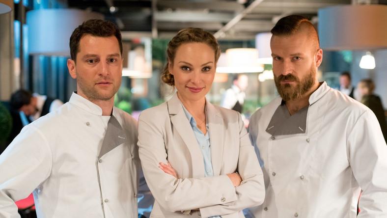 """Głównym bohaterem """"Na noże"""" jest Jacek - genialny kucharz który stawia wszystko na jedną kartę i otwiera autorską restaurację. Ma ponadprzeciętny smak, talent, pasję i determinację, a u jego boku są oddani przyjaciele. Czy to wystarczy, aby wspiąć się na kulinarny szczyt?"""