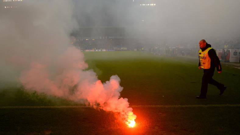 Race rzucane na murawę boiska przez kibiców Lechii Gdańsk podczas meczu piłkarskiej Ekstraklasy z Lechem Poznań