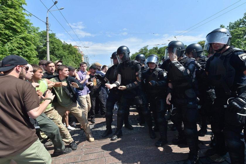 Tysiące policjantów pilnowały gejów
