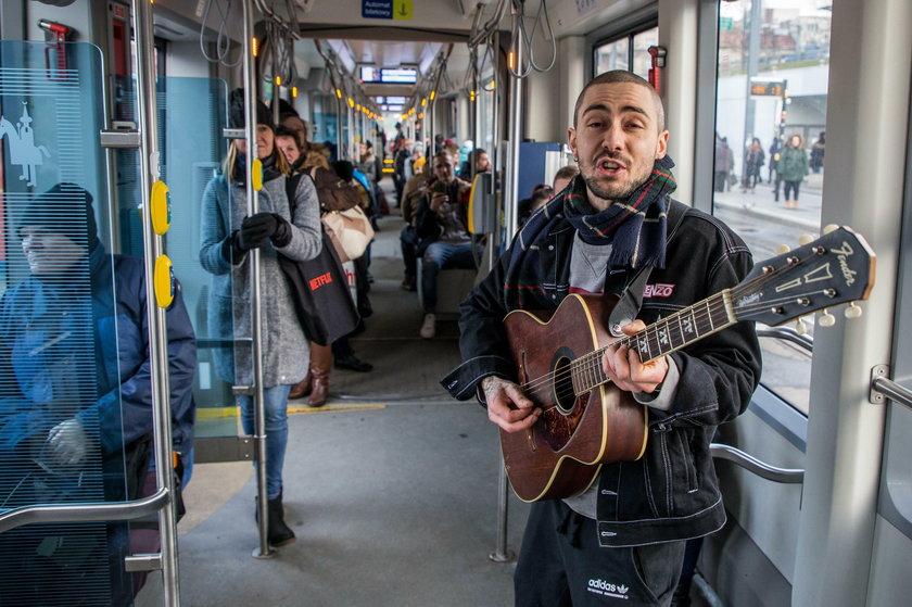 Za darmo gra ludziom w tramwajach