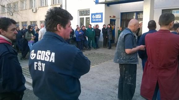 Radnici Goše ispored fabrike