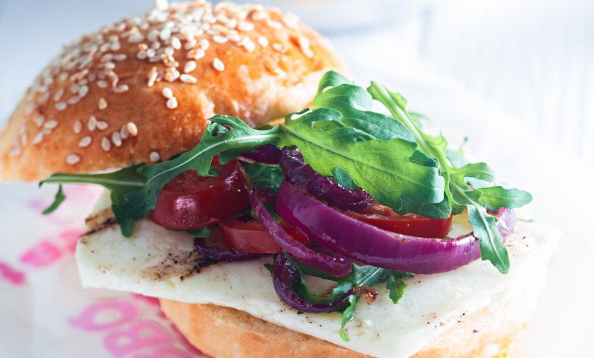 Burger z serem halloumi. Burger wegetariański