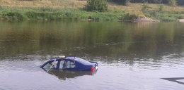 Auto stoczyło się do rzeki. Kierowca został lekko ranny