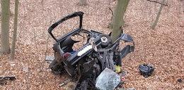 Makabra! Renault roztrzaskał się na drzewie. Zginęły dwie osoby