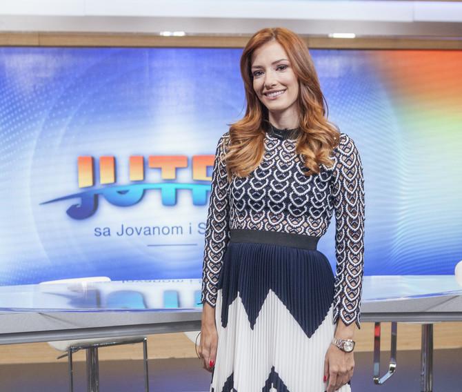 """Jovana Joksimović u studiju emisije """"Jutro sa Jovanom i Srđanom"""" koju vodi sa kolegom Srđanom Predojevićem"""