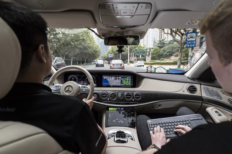 W projekcie badawczym Mercedesa uczestniczą kierowcy z chińskim prawem jazdy. To jeden z wymogów testu. Mercedes klasy S