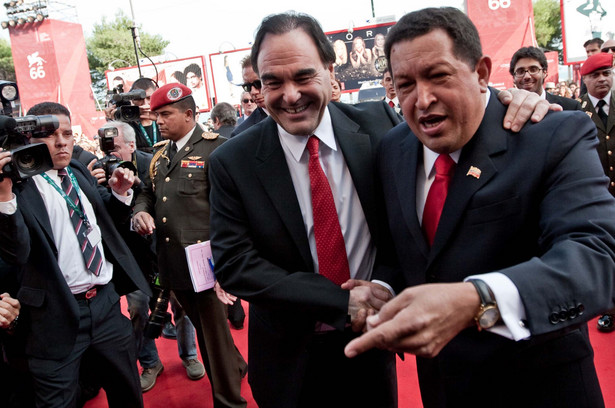 Reżyser Oliver Stone i nieżyjący już prezydent Wenezueli Hugo Chavez na festiwalu filmowym w Wenecji