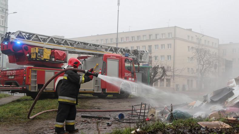 Dogaszanie pożaru w Łodzi