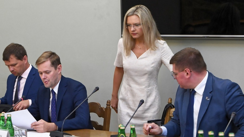 Po wakacyjnej przerwie przewodnicząca Komisji ds. Amber Gold wróciła do pracy. Na dzisiejszym posiedzeniu zespołu pani poseł zaprezentowała się w jasnej sukience, która wyglądałaby zdecydowanie lepiej, gdyby...