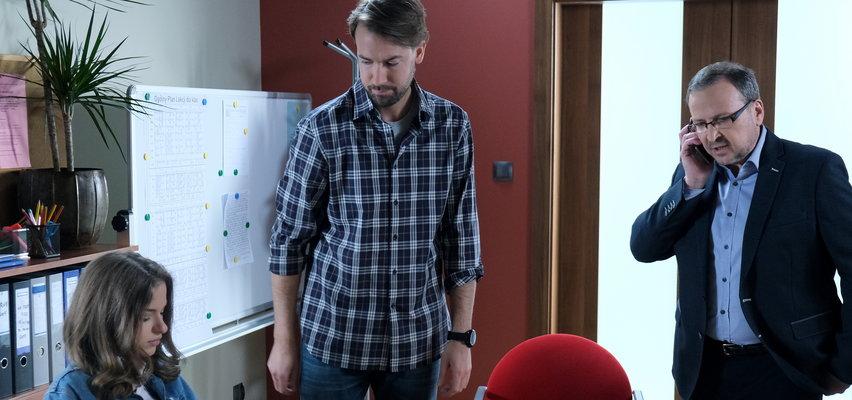 """""""M jak miłość"""". Odc. 1604. Damian będzie próbował skompromitować Adama. Czy dyrektor szkoły uwierzy, że nauczyciel molestował Anię?"""