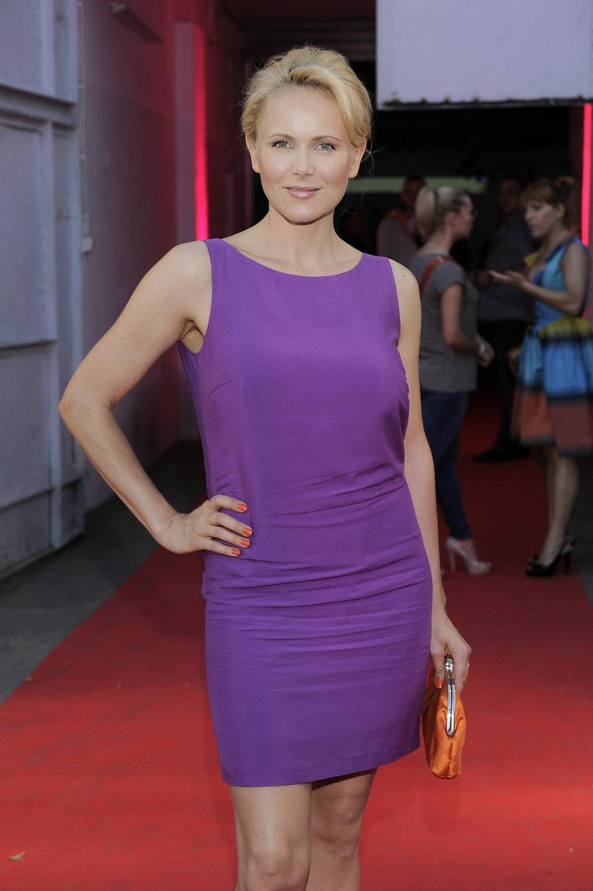 Anna Samusionek w fioletowej sukience