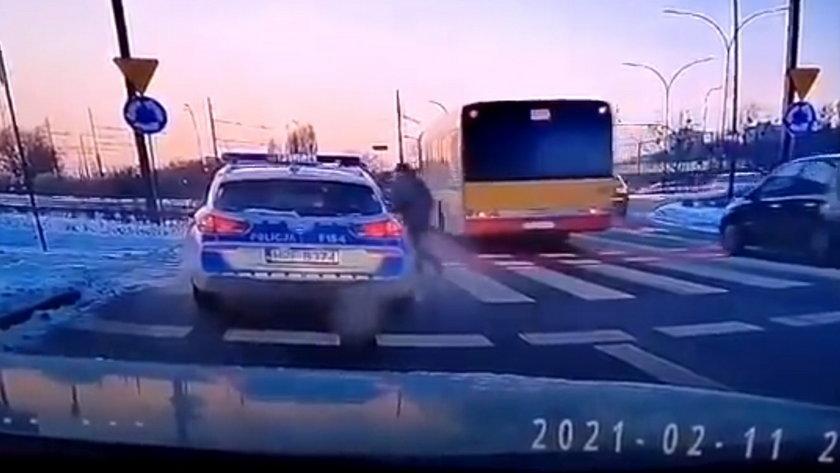 Łódź. Policyjny radiowóz potrącił pieszego na pasach