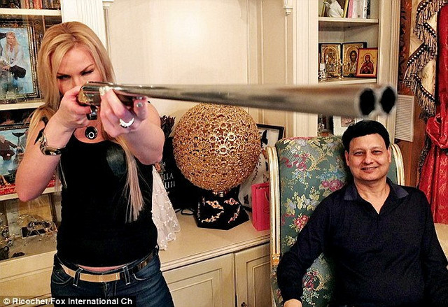 """Kamalija i Mohamed poziraju u svom domu u Londonu: Oni su glavne zvezde emisije """"Upoznajte Ruse"""" na TV Foks (FOTO:Fox)"""