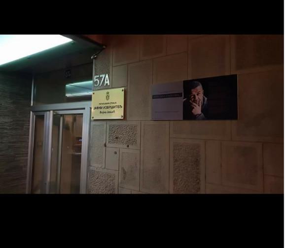 Spomen-ploča postavljena je na ulazu zgrade u Ulici Strahinjića Bana