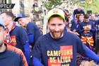 """OVAJ SNIMAK NISTE VIDELI Kad Pike otme kameru, Mesi i Suarez """"umiru od smeha"""", a Barselona slavi titulu /VIDEO/"""