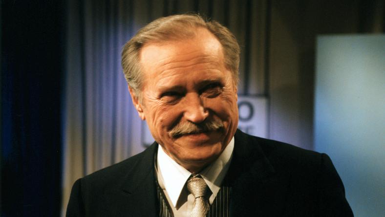 Emil Karewicz (rocznik 1923) urodził się w Wilnie. W czasie II wojny światowej przeszedł z 2 Armią WP szlak do Berlina