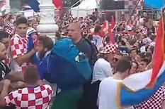 NEVEROVATNA SCENA Stotine hiljade Hrvata slavilo, a onda je sa bandere sišao momak u DRESU FRANCUSKE i evo šta mu se desilo /VIDEO/
