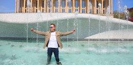 Dyrektor wskoczył do fontanny