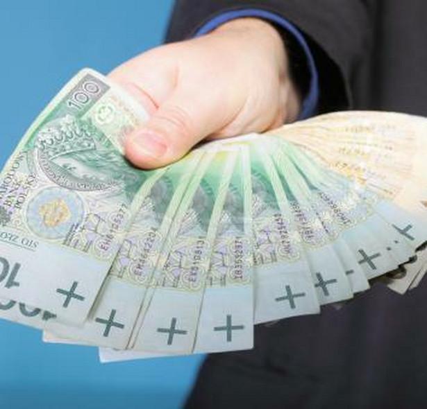 Po pierwsze – pieniądze na szkolenia przedsiębiorca może mieć za darmo. Każda firma ma możliwość w ciągu trzech lat otrzymać do 200 tysięcy euro tzw. pomocy de minimis, zaś cały program można sfinansować korzystając z tego rodzaju wsparcia. Wkład własny nie jest tu wymagany. Wystarczy opracować projekt oraz napisać i złożyć wniosek.