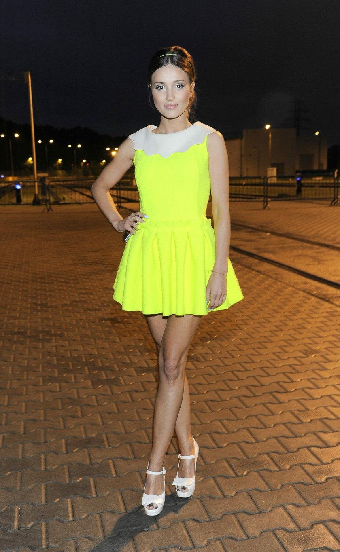Marina Łuczenko w neonowej sukience