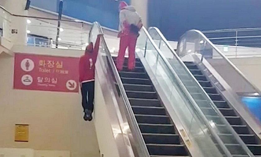Tak wjechał schodami ruchomymi