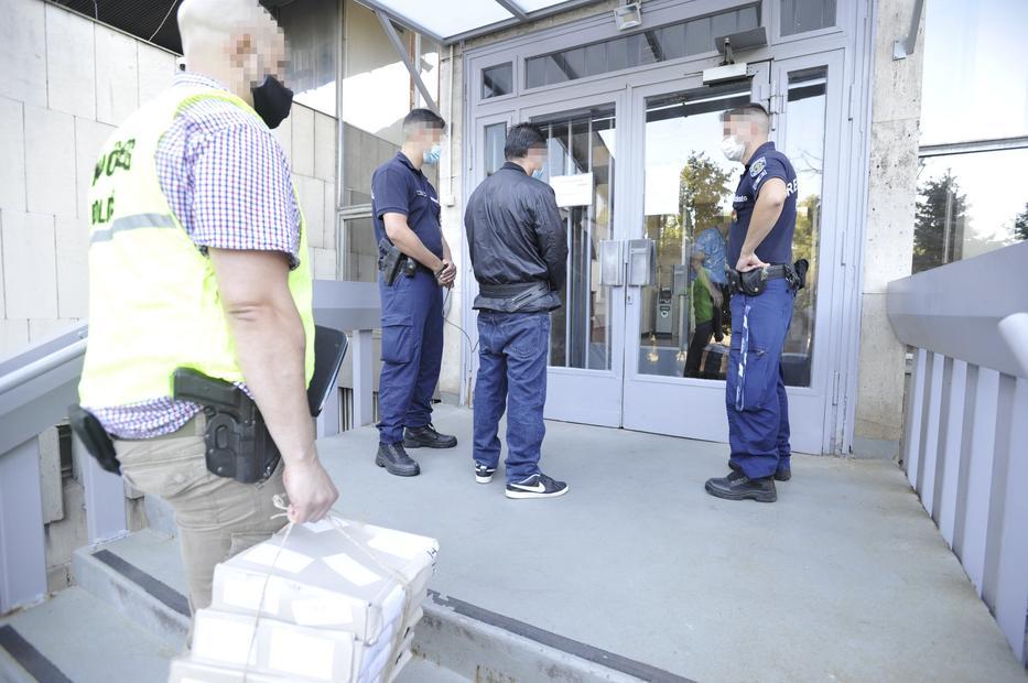A svéd kiadatás után a Pest megyei rendőrök vették őrizetbe Cs. Tibort / Fotó: MTI - Mihádák Zoltán
