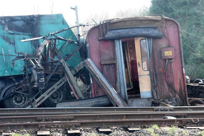 Tir wjechał pod pociąg
