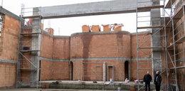 Parafianie budują kościół