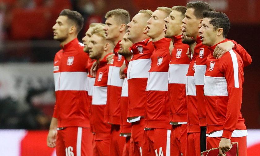 Reprezentacja Polski śpiewa hymn przed meczem z Anglią