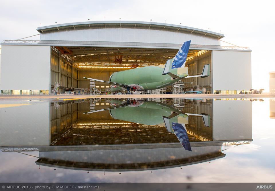 W ładowni Airbus BelugaXL pomieści m.in. oba skrzydła do A350 XWB, które obecnie muszą być transportowane pojedynczo.