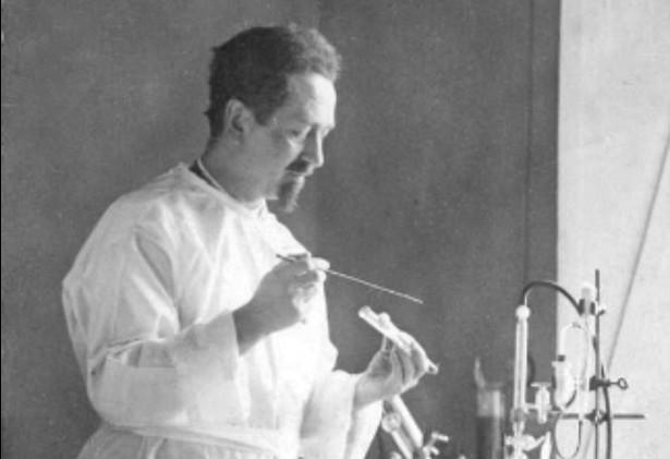 Weigl miał świadomość, że jest Niemcom potrzebny i potrafił to wykorzystać, aby pomagać innym. Produkcja szczepionki po kolejnej rozbudowie Instytutu wzrosła wielokrotnie, a naukowiec zastrzegł sobie możliwość swobodnego zatrudniania personelu. W Instytucie Weigla pracowało ok. 5 tysięcy karmicieli wszy - dla bardzo wielu z nich ta praca była jedyną szansą na przeżycie okupacji. Na zdjęciu Rudolf Weigl, fot. Narodowe Archiwum Cyfrowe nac.gov.pl