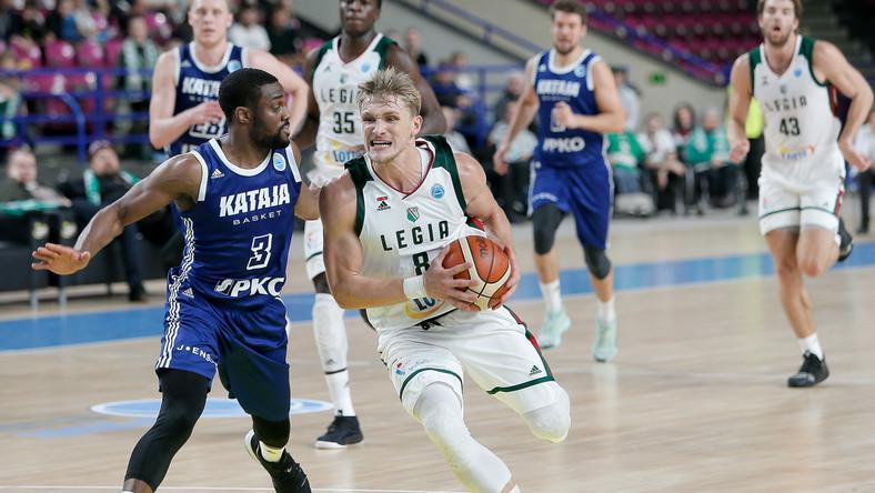 Koszykarz Legii Warszawa Filip Matczak (P) i Jarred Ogungbemi-Jackson (L) z Kataji Basket Joensuu podczas meczu grupy H Pucharu Europy FIBA
