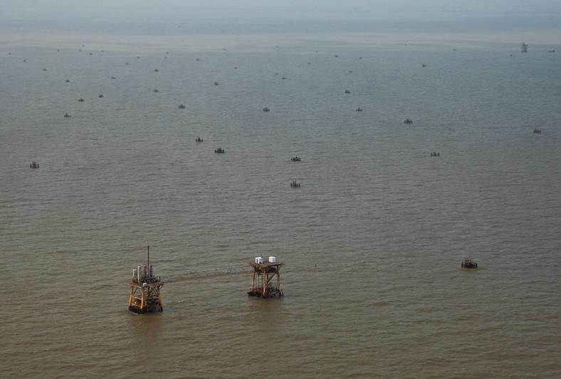 Katastrofa w Zatoce Meksykańskiej: Louisiana, USA. Pierwsza linia obrony przed plamą ropy płynącą z Zatoki Meksykańskiej w stronę Luisiany oddalona jest daleko od wybrzeża. Foto: Derick E. Hingle/Bloomberg