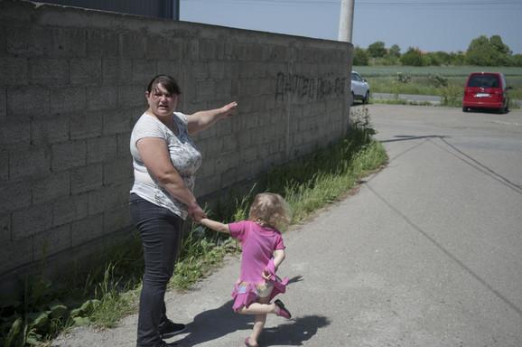 Gordana M. pokazuje mesto gde je Ljubomir krenuo na nju kolima