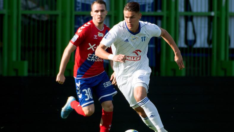 Piłkarz Rakowa Częstochowa Miłosz Szczepański (L) i Damian Rasak (P) z Wisły Płock podczas meczu Ekstraklasy w Bełchatowie