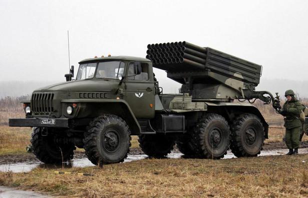 Tego sprzętu Rosja oficjalnie wcale nie wysyła na Ukrainę. Wyrzutnia rakiet BM 21 Grad