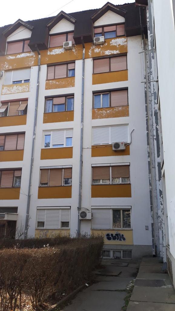 Devojka pala sa 10 metara visine na beton