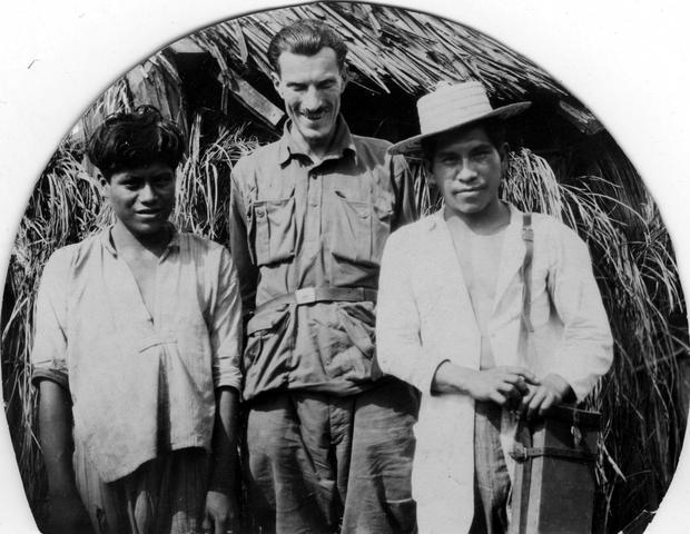 Arkady Fiedler w towarzystwie Indian ze szczepu Coroabów, Brazylia, 1929 r.