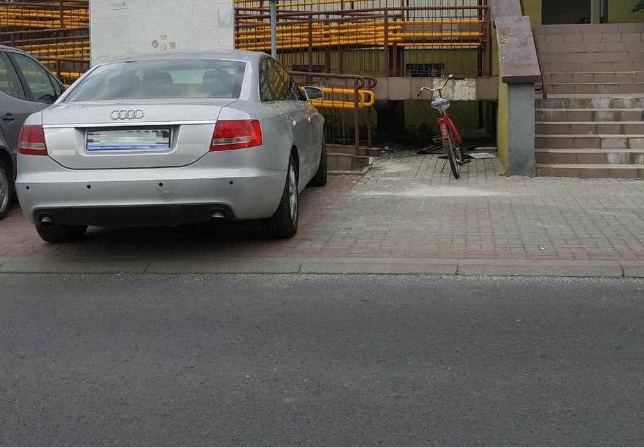 66-letni kierowca akurat wyjeżdżał z parkingu
