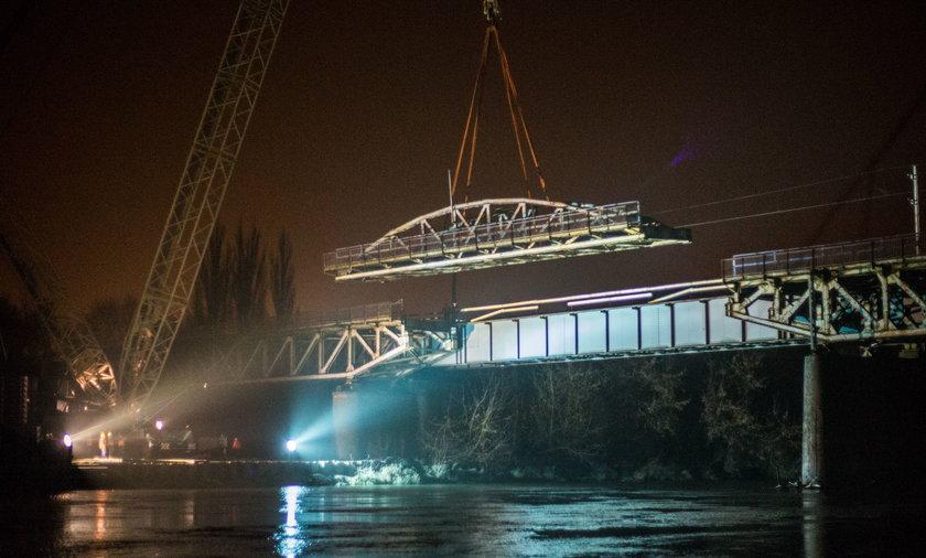Podnosili przęsło mostu na Starołęce.
