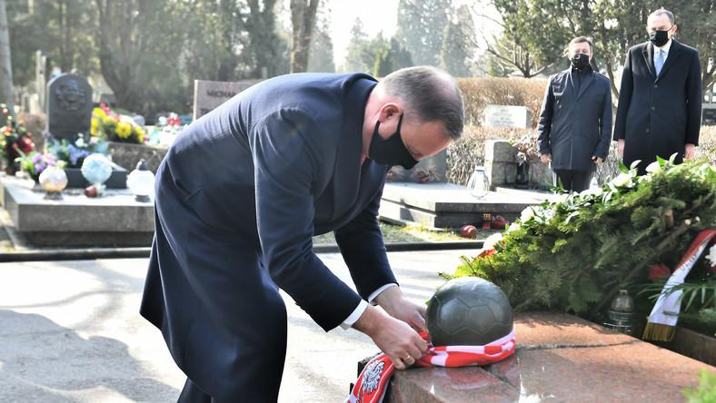 Prezydent RP Andrzej Duda (L) podczas złożenia kwiatów na grobie Kazimierza Górskiego na Cmentarzu Wojskowym na Powązkach w Warszawie
