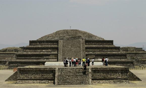Piramida pernate zmije