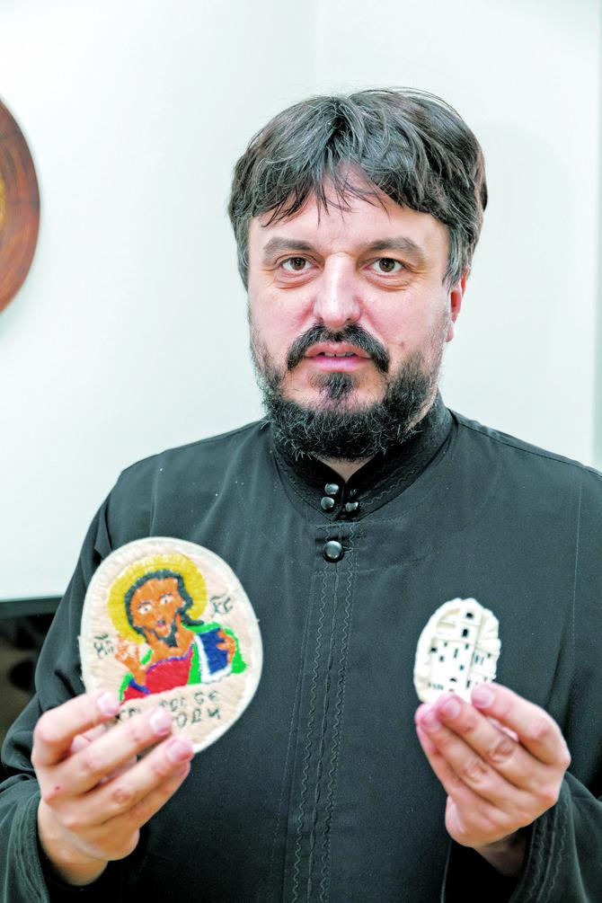 """Štićenici u Kazneno-popravnom zavodu za maloletnike u Valjevu često iznenade oca Dejana. Tako su mu na sapunu nacrtali manastir Ostrog, a na kartonu su izvezli čestitku za Božić s porukom """"Hristos se rodi"""""""