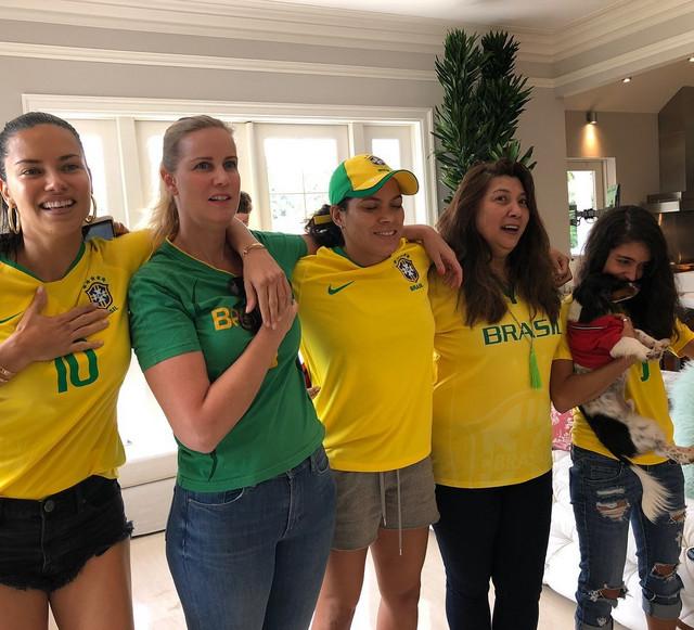 Adrijana Lima sa prijateljicama navija za Brazil