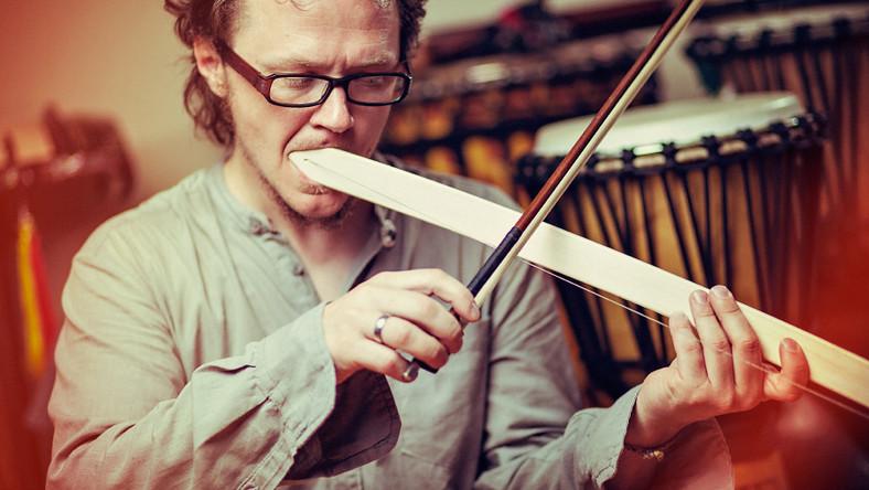 Tomasz Drozdek – jednoosobowa orkiestra na 100 instrumentów