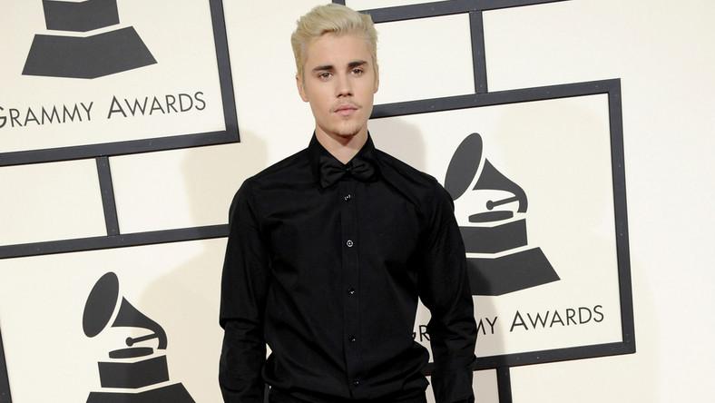 Na czerwonym dywanie i ściankach, Justin Bieber (czego tu nie widać) nosi buty