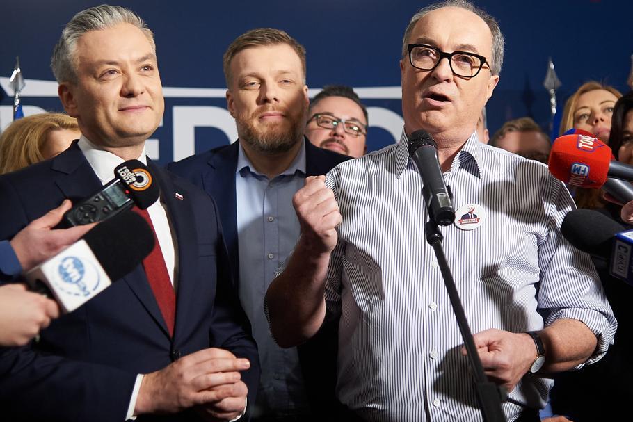 Trzech liderów Lewicy podczas prezentacji sztabu wyborczego w kampanii Roberta Biedronia. Obok kandydata na prezydenta stoją Adrian Zandberg i Włodzimierz Czarzasty, Łódź, luty 2020 r.