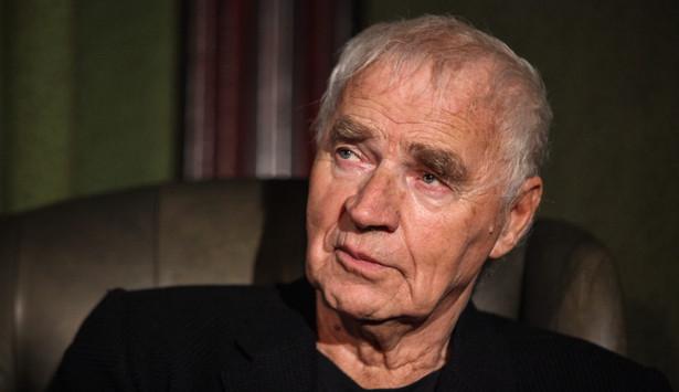 """W grudniu 1981 roku wyjechał do Anglii na premierę swojej sztuki """"Kopciuch"""". Tam zastał go stan wojenny. Wyjechał do Stanów Zjednoczonych, gdzie powstały jego dramaty, m.in. """"Polowanie na karaluchy"""", """"Antygona w Nowym Jorku"""" i """"Czwarta siostra""""."""
