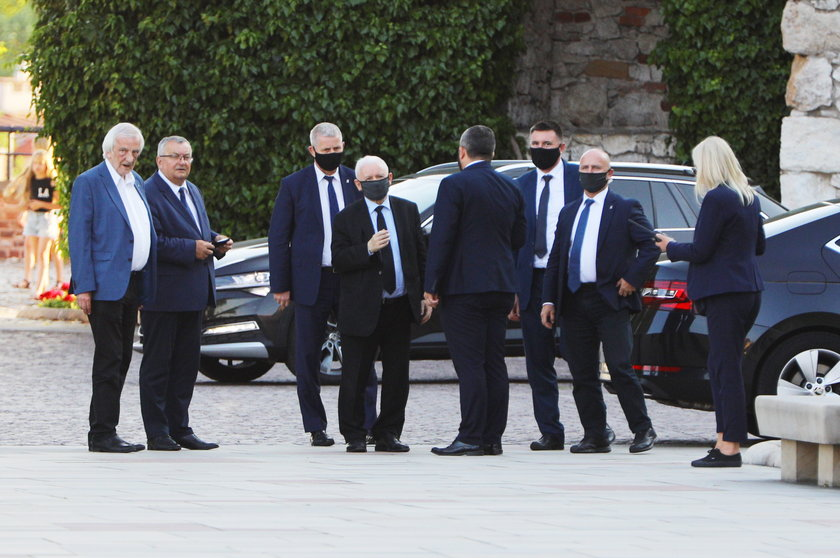 Jarosław Kaczyński w otoczeniu bliskich współpracowników